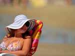 Raquel de Vargas protege o rosto do sol com muito estilo