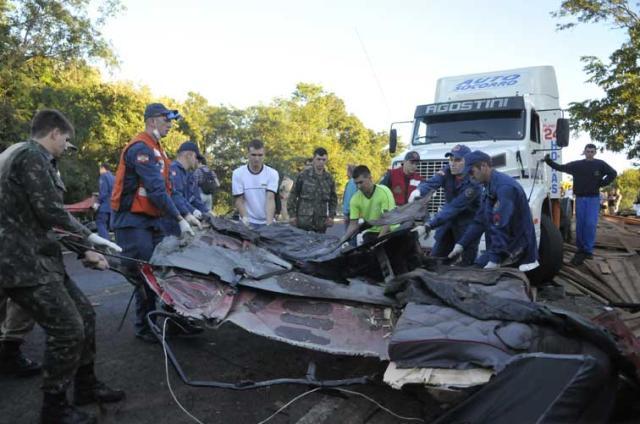 Acidente entre ônibus e caminhão gaúchos deixa pelo menos 26 mortos em Santa Catarina Sirliane Freitas/