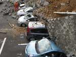 Veículos soterrados em estacionamento na cidade de Sendai após terremoto no Japão