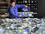 Comerciante mostra a destruição em loja de cerâmica na cidade de Sendai, no Japão