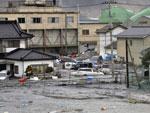 Tsunami arrastou veículos em Miyagi, no norte do Japão