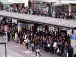 População esperou ônibus em longas filas no terminal de Yokohama, em Tóquio, na sexta-feira, 11 de março