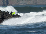 Um homem foi arrastado para o mar ao tentar tirar fotos do tsunami na costa californiana