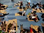 Pessoas buscaram abrigo nos aeroportos após o terremoto e o tsunami no Japão