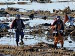 Equipes de resgate procuram por vítimas da catástrofe em Soma, Fukushima