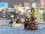 Moradores utilizam barcos para se locomover na cidade de Ishinomaki, província de Miyagi