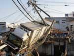 Caminhão ficou preso em meio aos destroços de um porto de Sendai