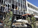 Soldados japoneses caminharam perto de construção destruída pelo terremoto em Rikuzentakada, no distrito de Iwate