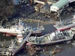 Barcos de pesca foram arrastados pela água em Kesennuma, província de Miyagi