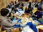 Desalojados se reúnem em abrigo na cidade de Minamisoma, na região de Fukushima, depois de terremoto, tsunami e problemas na planta nuclear de Fukushima
