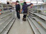 Em Fukushima, pessoas procuram comida nos supermercados usando máscaras por causa do risco de contaminação nuclear