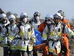 Equipe resgata corpo de vítima em Sendai, a cidade mais afetada pelo terremoto