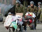 Soldados retiram idosos de um centro de atendimento em Nihonmatsu, na província de Fukushima