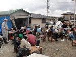 Moradores desabrigados improvisam um acampamento na cidade de Asahi