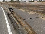 O asfalto cedeu em uma estrada que leva à cidade de Asahi