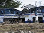 Moradores de Ofunato começaram a retomar a rotina. O ônibus completamente destruído faz parte da paisagem da cidade