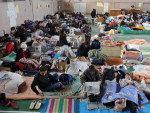 Em ginásios, desabrigados dormem em colchonetes cobertos por mantas doadas