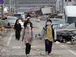 Moradores utilizam máscaras para caminhar pela rua de Ofunato, na província de Iwate