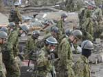 Protegidos por máscaras, soldados continuaram buscas por vítimas no Japão