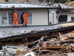 Socorristas internacionais procuram por vítimas durante as operações de resgate na cidade de Ofunato