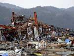 Quatro dias após o tsunami que devastou parte do Japão, equipes de resgate continuam as buscas por sobreviventes