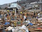 Equipe de resgate americana procura sobreviventes entre escombros na cidade de Ofunato, na terça-feira, dai 15 de março