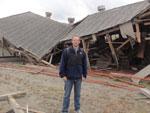 Daniel Scola, enviado especial do Grupo RBS ao Japão, em frente de um pavilhao destruído pela força das águas. Esse pavilhao era uma peixaria