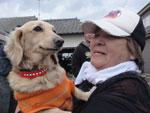 Toshiko Katsutoshi, moradora de Asahi, segura a cadela Momo, e diz estar feliz por ter conseguido salvar o bicho de estimação