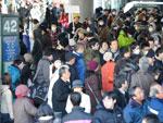 População lota rodoviária em frente a estação ferroviária de Sendai, na província de Myiagi, em 16 de março