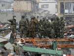 Exército faz buscas por vítimas pelas ruas de Kamaishi