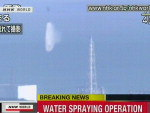 A rede de TV japonesa NHK mostra um helicóptero militar jogando água no reator 3 da central nuclear de Fukushima.