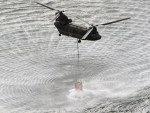 Helicópteros japoneses sobrevoam Fukushima e jogam água para tentar resfriar reatores