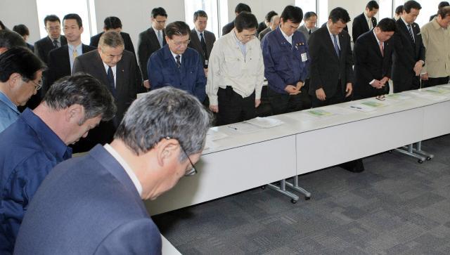 Uma semana após terremoto, Japão faz um minuto de silêncio em respeito às vítimas  Jiji Press/AFP