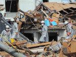 Socorristas procuram por vítimas entre os escombros do terremoto seguido de tsunami na cidade de Kesennuma, em Miyagi