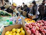 População de Sendai, na província de Miyagi, lota os mercados em busca da comida que começou a chegar à cidade, 19 de março