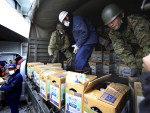 Exército japonês descarrega caixas contendo água potável na medida em que suprimentos chegam para província de Fukushima