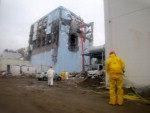 Trabalhadores jogam água para resfriar o combustível nuclear no reator 4 da central nuclear de Fukushima