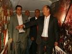 Paulo Roberto Falcão visita o estádio antes de conceder entrevista aos jornalistas