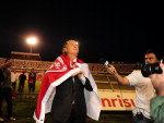 Enrolado na bandeira do Inter, Falcão se apresenta à torcida