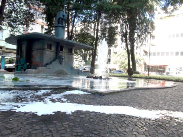 Vândalos colocam sabão em pó em lago de praça da Capital Thiago Tieze, Agência RBS/