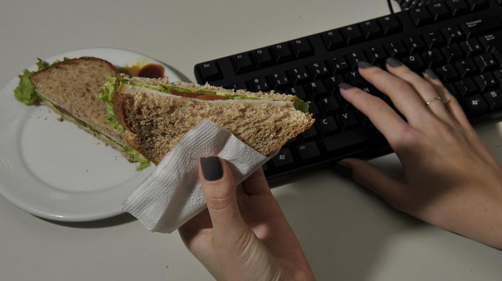 Comer na mesa de trabalho pode significar risco sa de zh for Mesa de comer