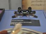 Óculos com lupa utilizados na década de 1950 para microcirurgias que exigiam suturas de pequenas estruturas.