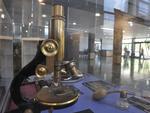 Microscópio dos anos 1940-50, usado para identificar bactérias, ver leucócitos, cristais e hemácias em sedimento de urina.