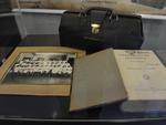 Maleta de 1907 usada para transportar medicamentos e instrumentos, já que os médicos atendiam a domicílio e precisavam estar prontos para fazer o atendimento do começo ao fim.