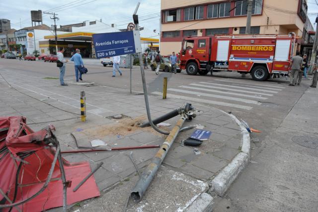 Homem morre atropelado por caminhão na Avenida Farrapos, em Porto Alegre Ronaldo Bernardi/