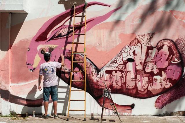 Artistas pintam desenho com diferentes leituras em muro da Cidade Baixa Tárlis Schneider/Agencia RBS