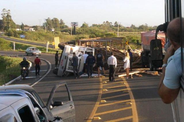 Caminhão com carga de toras tomba na rodovia Eldorado do Sul - Porto Alegre Jorge Ribarr/Arquivo pessoal