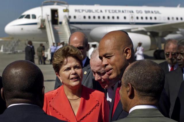 Dilma é recebida com festa na chegada ao Haiti Ramon Espinosa/AP