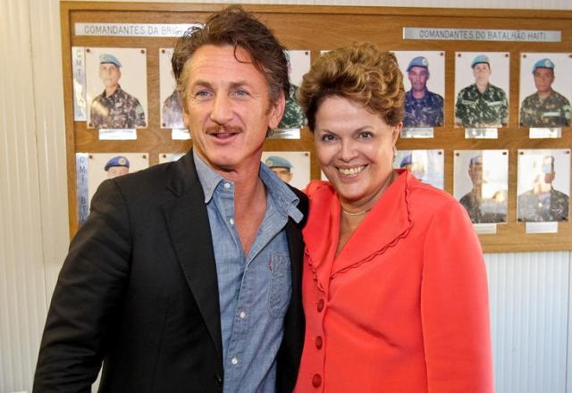 FOTO: Sorridente, Dilma posa ao lado do astro Sean Penn no Haiti Roberto Stuckert Filho/Presidência da República,Divulgação