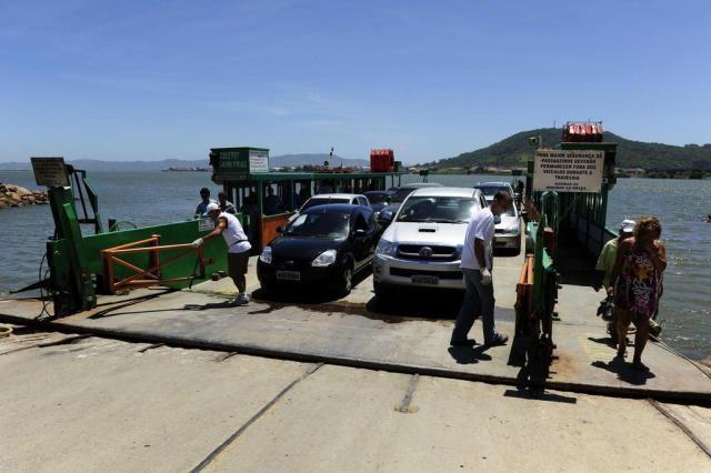 Gaúchos usam balsa para fugir do engarrafamento na BR-101 e encurtam tempo de viagem a SC Ronaldo Bernardi/Agencia RBS